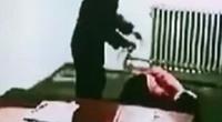 曝朝韩间谍案案犯受审画面被蒙头持械虐打