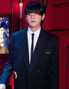 吴亦凡齐刘海锅盖头上演眼镜杀又酷又奶
